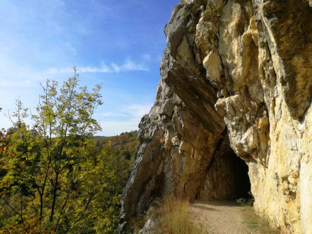 Tuneli u stenama, kanjon Nere