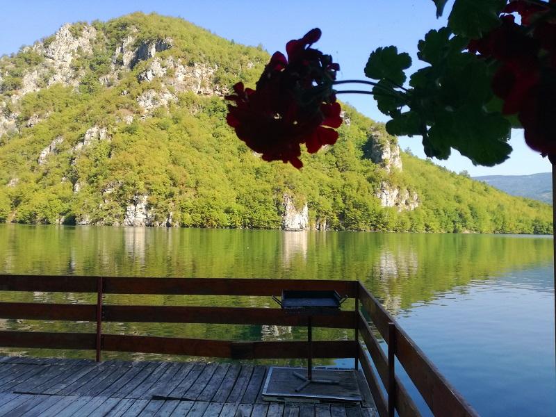 Jutarnji pogled na jezeru Perućac