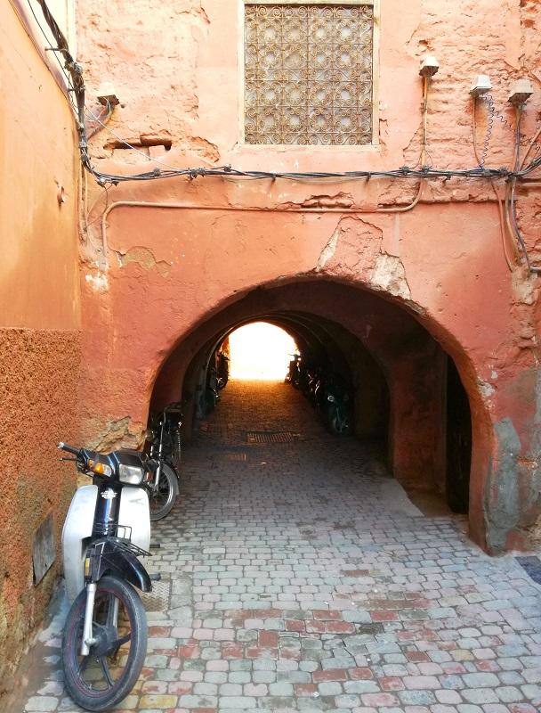 Uske uličice i prolazi u Marakešu